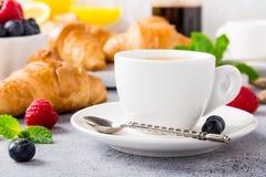 Tazas blancas de café y de cruasanes Imagenes de archivo