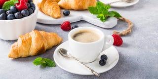 Tazas blancas de café y de cruasanes Imagen de archivo libre de regalías