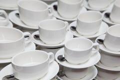 Tazas blancas de la porcelana para el café o el té descanso para tomar café en un seminario del negocio fotos de archivo libres de regalías