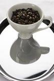 Tazas blancas de un coffe con las habas Imagenes de archivo