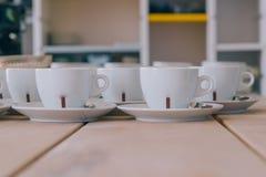 Tazas blancas del coffe en la tabla de madera Fotos de archivo