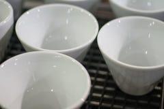 tazas blancas del fondo de primer del café o del capuchino Imagenes de archivo
