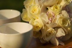 Tazas blancas y ramo nupcial Fotos de archivo libres de regalías