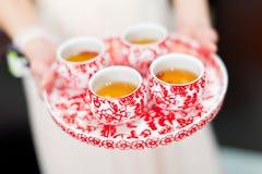 Tazas chinas de la ceremonia de té en día de boda Imágenes de archivo libres de regalías