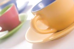 Tazas coloreadas imagenes de archivo