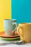 Tazas coloreadas brillantes para el café foto de archivo libre de regalías