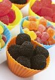 Tazas coloreadas de las habas de jalea Foto de archivo