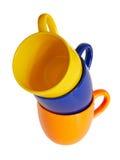 Tazas coloreadas Fondo aislado Imagen de archivo