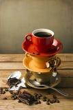 Tazas coloridas con café Fotos de archivo libres de regalías