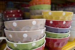 Tazas coloridas con pois Imagenes de archivo