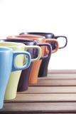 Tazas coloridas de cerámica fotos de archivo libres de regalías