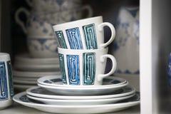 Tazas coloridas de la porcelana de los años 1950 del th La forma simple, esmalte imagen de archivo