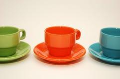 Tazas coloridas del café express aisladas en blanco Imagen de archivo libre de regalías