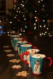 Tazas con el chocolate caliente y las melcochas foto de archivo libre de regalías