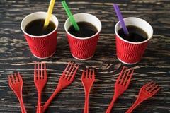 Tazas con la bebida y las bifurcaciones rojas Fotos de archivo libres de regalías