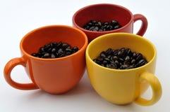 Tazas con las habas del coffe Imagen de archivo libre de regalías