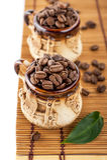 Tazas con los granos de café Fotografía de archivo libre de regalías