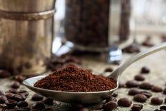 Tazas con los granos de café Imagen de archivo libre de regalías
