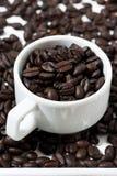 Tazas con los granos de café, primer Imagen de archivo libre de regalías