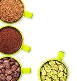 Tazas con los granos de café verdes, asados, tierra y Imagen de archivo libre de regalías