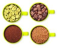 Tazas con los granos de café verdes, asados, tierra y Fotografía de archivo