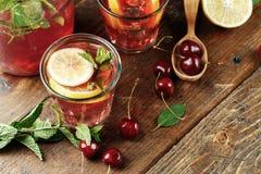 Tazas con una bebida de la cereza imagen de archivo libre de regalías