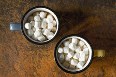 Tazas de cacao con la opinión superior de las melcochas Imágenes de archivo libres de regalías