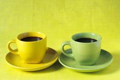 Tazas de café amarillas y verdes Imagen de archivo