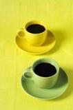 Tazas de café amarillas y verdes Imagenes de archivo