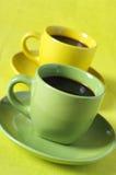 Tazas de café amarillas y verdes Imágenes de archivo libres de regalías