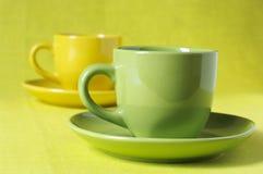 Tazas de café amarillas y verdes Foto de archivo