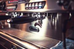 Tazas de café automáticas de la máquina de café express que esperan para Máquina de café express en el restaurante o el pub Imagenes de archivo