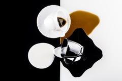 Tazas de café blancos y negros Imagen de archivo libre de regalías
