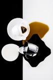 Tazas de café blancos y negros Foto de archivo libre de regalías
