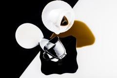 Tazas de café blancos y negros Imágenes de archivo libres de regalías