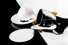 Tazas de café blancos y negros Fotografía de archivo libre de regalías