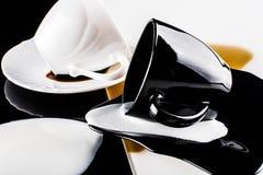 Tazas de café blancos y negros Imagen de archivo