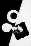 Tazas de café blancos y negros con las placas Imagen de archivo libre de regalías