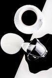 Tazas de café blancos y negros con las placas Imagen de archivo
