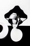 Tazas de café blancos y negros con las placas Fotografía de archivo libre de regalías