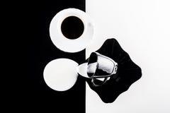 Tazas de café blancos y negros con las placas Fotos de archivo