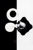 Tazas de café blancos y negros con las placas Foto de archivo