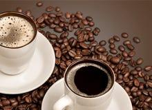 Tazas de café caliente con las habas en fondo oscuro Imagen de archivo libre de regalías