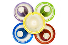 Tazas de café coloreadas con los platillos Imagen de archivo libre de regalías