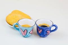 Tazas de café coloridas con el drenaje de la mano del corazón del amor en el tablero de madera Imagen de archivo