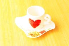 Tazas de café coloridas vacías en la tabla de madera Foto de archivo libre de regalías