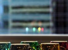Tazas de café coloridas y estacionales con la reflexión de la ventana imágenes de archivo libres de regalías