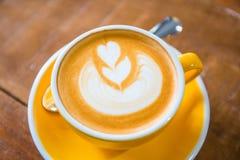 Tazas de café con arte del latte en café Imagen de archivo