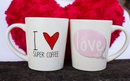 Tazas de café con el corazón rojo Imágenes de archivo libres de regalías