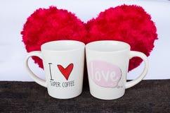 Tazas de café con el corazón rojo Imagen de archivo libre de regalías